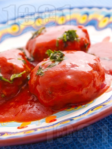 Варени кюфтета от свинска, телешка кайма, лук и моркови в доматен сос с печени чушки и магданоз - снимка на рецептата